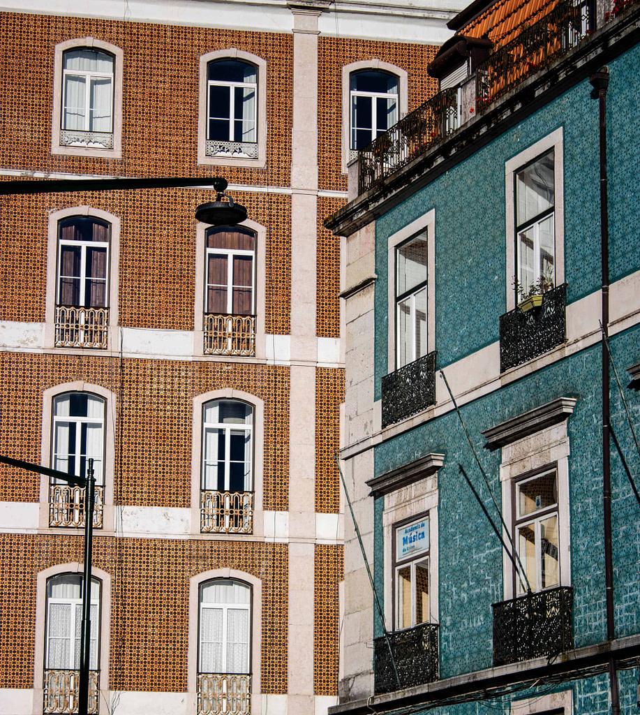 Immeubles typiques de Lisbonne couverts de faience appelés azulejos dans le quartier de Graça