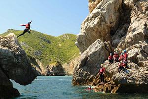 activité team-building pendant votre séminaire entreprise à Lisbonne coasteering canyoning de mer