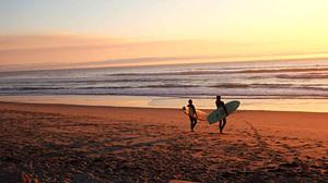 plage de surf de reve à lisbonne pour prendre des cours de surf ou opter une location de surf dans les meilleurs spots