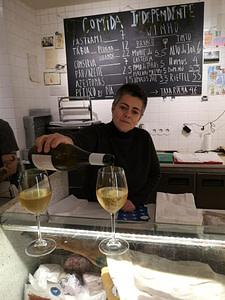 Comida Independente est une épicerie fine à Lisbonne qui permet la dégustation de vins du Portugal dans le quartier de Cais do Sodre