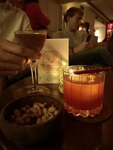 Red Frog Speakeasy est le plus célèbre bar à cocktail de Lisbonne avec son ambiance de la prohibition et ses cocktails étonnants