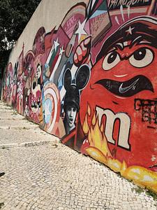 Street art à Graça de Pariz One et Mr. Dheo rendant hommage à la révolution des oeillets