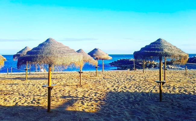 la plage de Caixas, calme et propre elle propose une plage privée avec transat et parasols