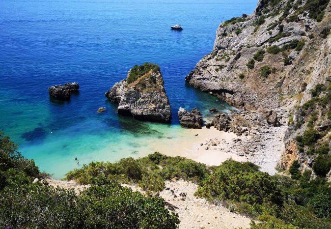 plage secrete et isolee de lisbonne dans le parc d'arrabida et près de sesimbra, accessible en bateau