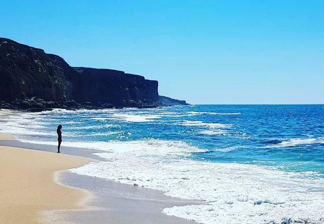 Praia das Bicas est une plage idéale pour le surf et le naturisme