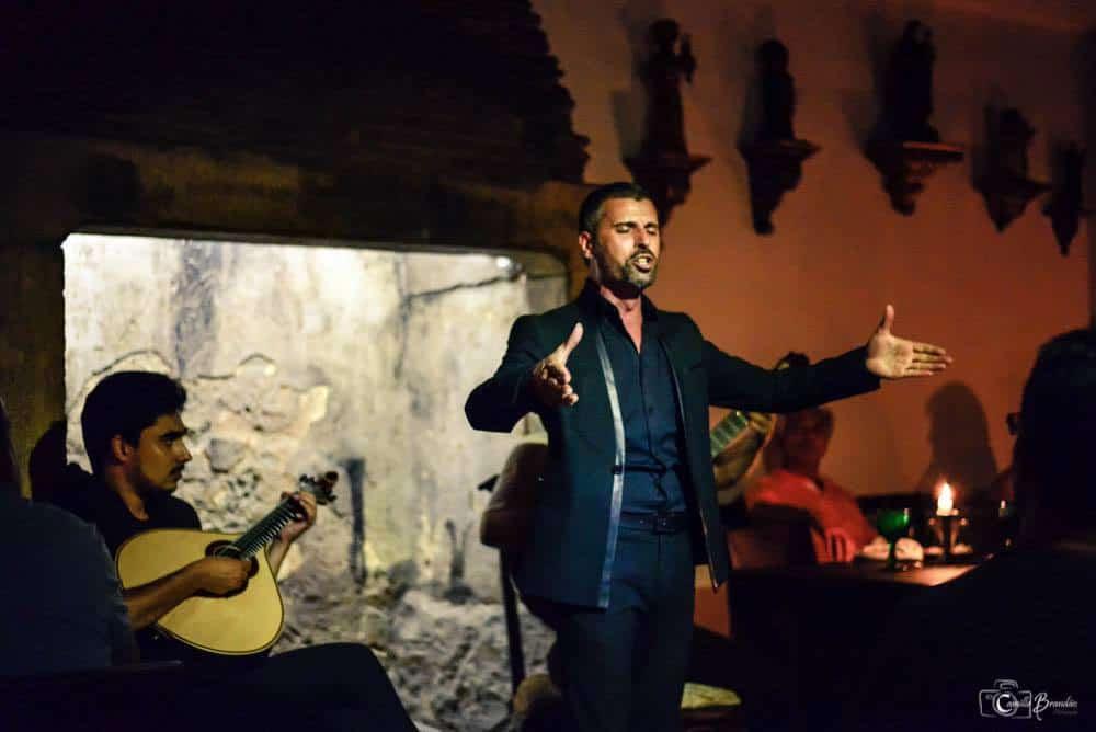 Fadiste de prestige dans un restaurant fado à Alfama pour la meilleure soiree fado de Lisbonne