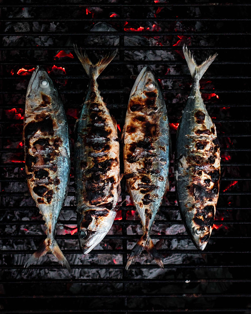 Sardines grillées dans un restaurant typique de Lisbonne pendant la fête de la sardine