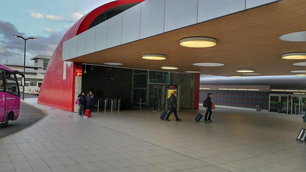 Les agences de location de voiture de l'aeroport de Lisbonne vous attendent 150 mètres après la station de métro.