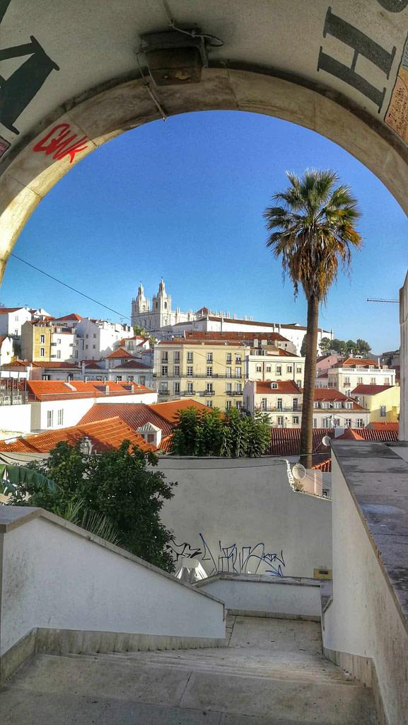 Arc de portas do sol avec vue sur Alfama et le monastère Saint Vincent hors les murs, célèbre promontoire pour observer le quartier d'Alfama