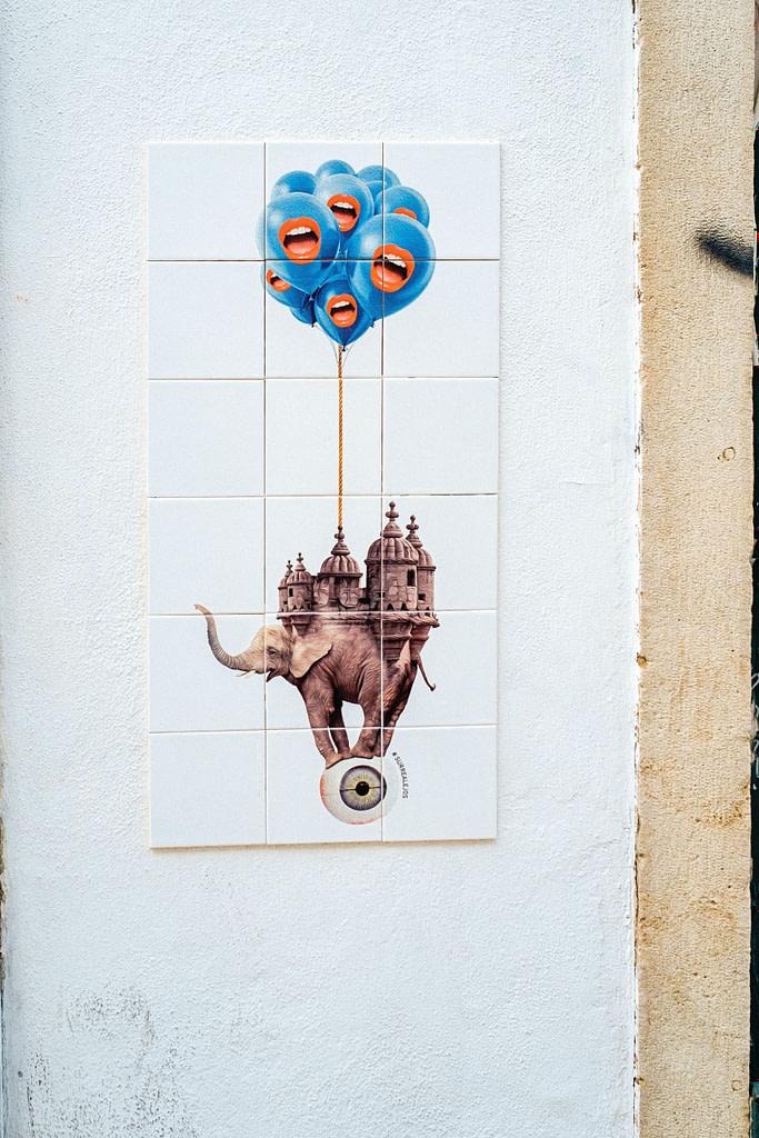 Panneau d'azulejos en mode street art réalisé par Surrealejos