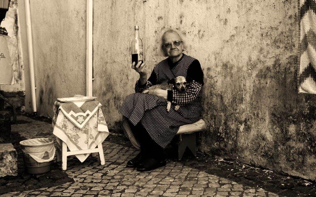 Une grand-mère vendant de la ginja dans les rues d'Alfama