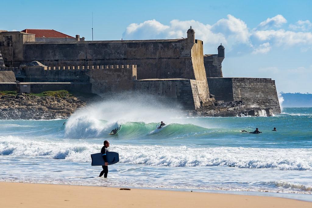 la plage de Carcavelos est le lieu des surfeurs et des bodysurfeur, les vagues sont parfaites