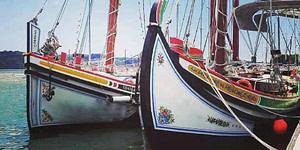 Bateaux traditionnels portugais pour tour en bateau sur le Tage à Lisbonne