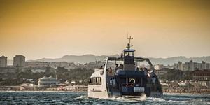 Tour en catamaran geant sur le Tage pour une fete d'entreprise, team building, EVG EVJF a Lisbonne