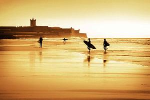 La plage de Carcavelos est un spot de surf incontesté à Lisbonne qui rappelle les vagues Landaises d'Hossegor (rapides et creuses)