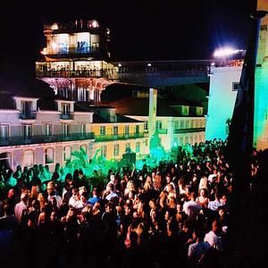 Topo Chiado est le meilleur rooftop de lisbonne avec beaucoup d'espace pour danser, un bon service et une superbe vue sur santa justa et le chateau