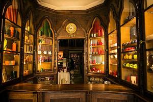 Magasin familial historique de bougies artisanales Velas Loreto fondé en 1789 par la famille Loreto, situé dans le Bairro Alto