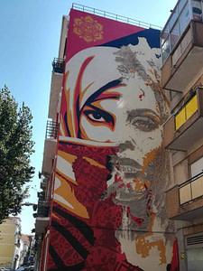 Street art de Vhils en collaboration avec Shepard Fairey OBEY dans le quartier populaire de Graça