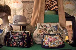 Boutique vintage avec vêtement de seconde main dans le centre ville de Lisbonne dans le quartier de Baixa