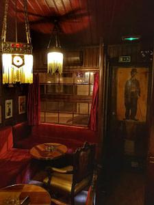 Bar cocktail A Parodia à Lisbonne, un speakeasy old school entièrement décoré par des créations de Rafael Bordalo Pinheiro