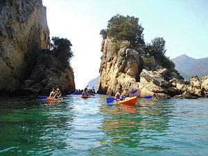 kayak de mer pendant votre team building à Lisbonne. evenement entreprise sportif pour seminaire à Lisbonne
