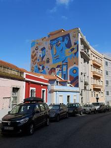 Oeuvre colorée à Graça d'Aka Corleone, artiste de street art à Lisbonne