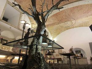 Objets, souvenirs traditionnels et créations d'artisans du Portugal dans une boutique d'Alfama près de la cathédrale de Lisbonne