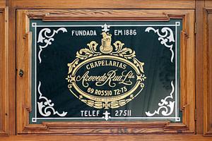 Boutique historique de chapelier à Lisbonne sur la place du Rossio Dom Pedro IV vendant des chapeaux de très grande qualité