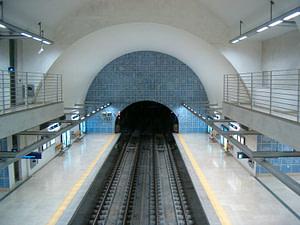 Panneau d'azujelos dans le métro Telheiras réalisé par l'artiste Eduardo Batarda