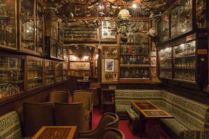 Pavilhao chines est le bar à cocktails le plus loufoque de la ville avec une incroyable collection en tous genres de l'avant-guerre