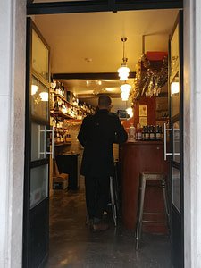 Black Sheep est un bar à vins de Lisbonne réputé pour sa superbe collection de vins naturels de petits producteurs portugais