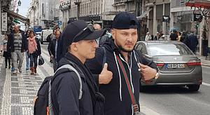 Deux jeunes pickpockets à Lisbonne en mode observation dans le quartier de Baixa