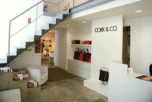 Boutique artisanale du Bairro alto proposant des objets en liège, des sacs des souvenirs en liège à Lisbonne
