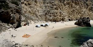 Journée evenement sur une plage isolée de Lisbonne avec activités nautiques, fun, buffet salade