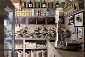 Epicerie fine historique située près de Rossio Lisbonne et proposant du fromage, de la charcuterie, de la pata negra, des sardines portugaises