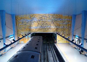 Panneau d'azujelos dans le métro Amadora Este réalisé par l'artiste Graça Morais