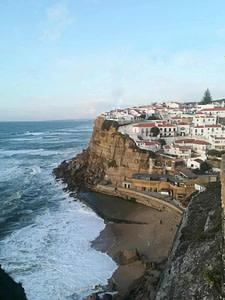 Côte sauvage de Sintra près de lisbonne avec le magnifique village d'Azenhas do mar