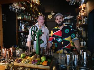 Onda Cocktail Room est un bar à cocktail situé dans le quartier de Graça et l'un des meilleurs de la ville