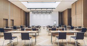 Grande salle de réunion toute équipée pendant votre séminaire pro à Lisbonne.