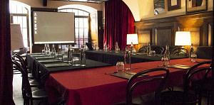 Salle de réunion avec tout l'équipement inclus pendant votre séminaire pro à Lisbonne.