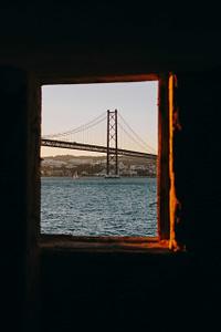 Vue sur le pont du 25 avril depuis l'autre côté du Tage, en face de Lisbonne