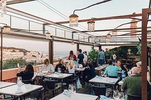 Rooftop The insolito situé près du miradouro Sao Pedro de Alcantara. Un bar branché et bien fréquenté à Lisbonne