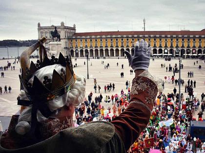 Le roi du carnaval de torres vedras sur la place du commerce