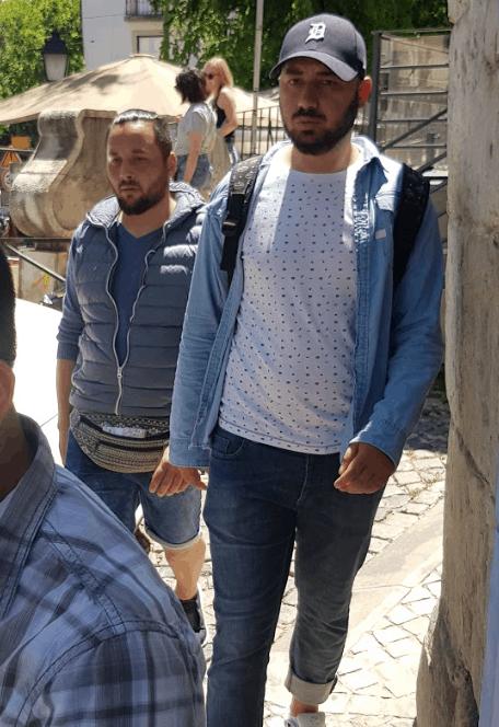 Pickpocket en action à Lisbonne et habillés en touriste