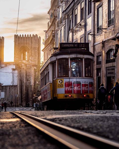 Guide de voyage à Lisbonne, tram 28 dans le quartier Alfama avec la cathédrale Sé en arrière-plan