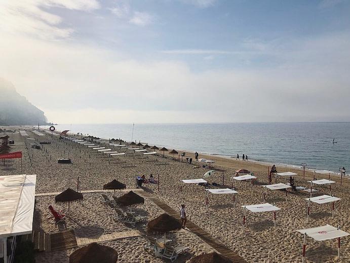 la plage do Ouro est un plage familiale où vous trouverez tout le nécessaire pour profiter d'un moment au calme à la plage
