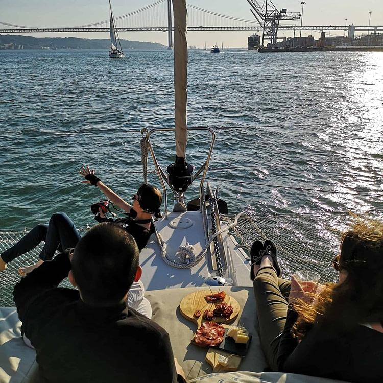 Apéro sur le Tage en début de soirée : tapas de fromage et de charcuterie sur un catamaran à Lisbonne pendant le coucher de soleil