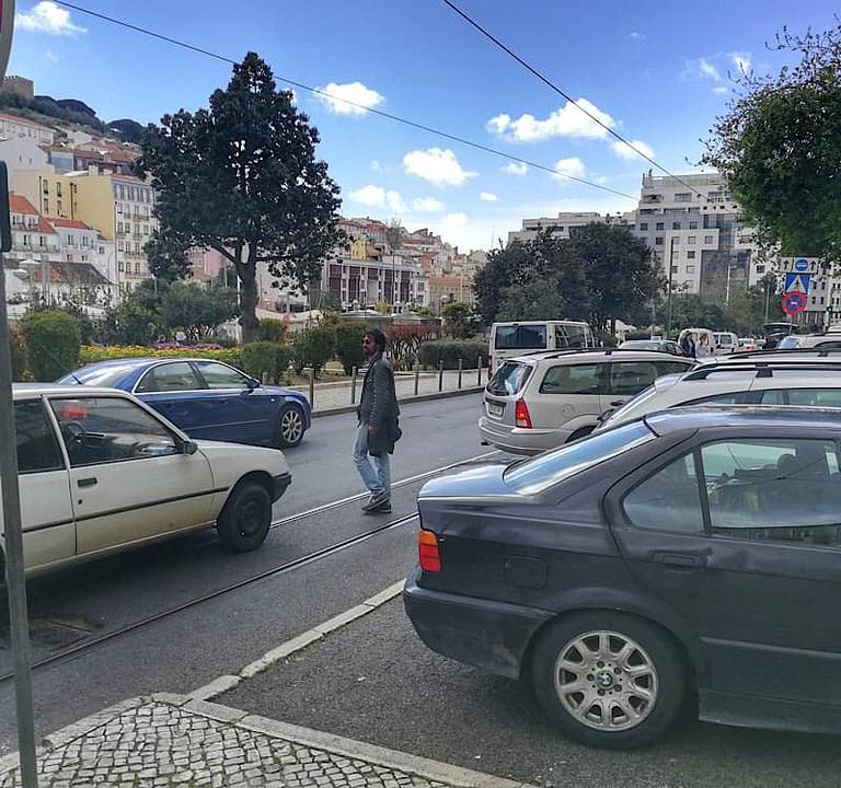 Stationnement compliqué à Lisbonne avec le peu de places de parking et la circulation difficile