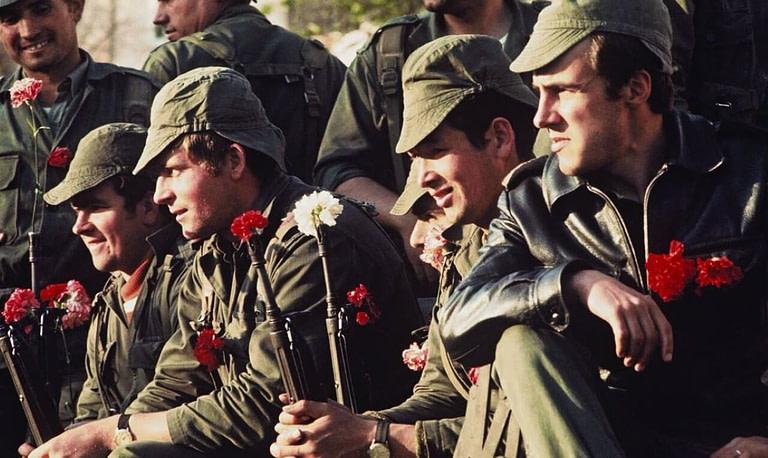 militaires portugais, la fleur au fusil lors de la revolution des oeillets le 25 avril 1974