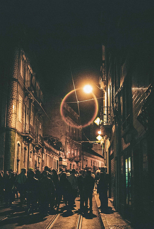 Faire la fête dans le quartier du Bairro Alto